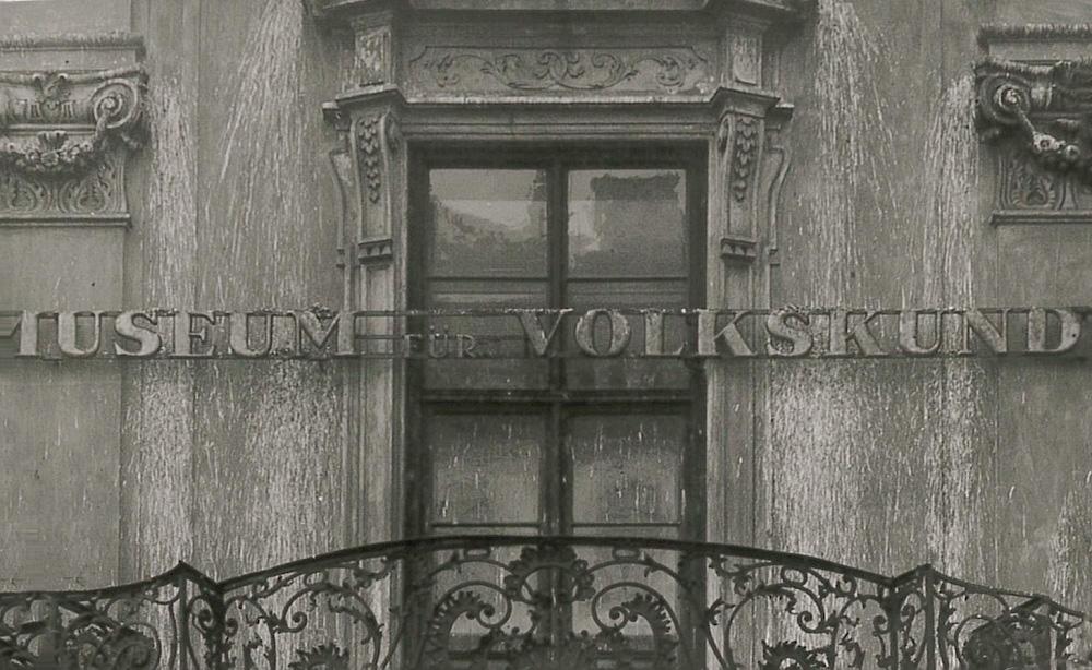 """Historische Fotografie vom damaligen Schriftzug """"Museum für Volkskunde"""" über dem Haupteingang des Volkskundemuseum Wien."""