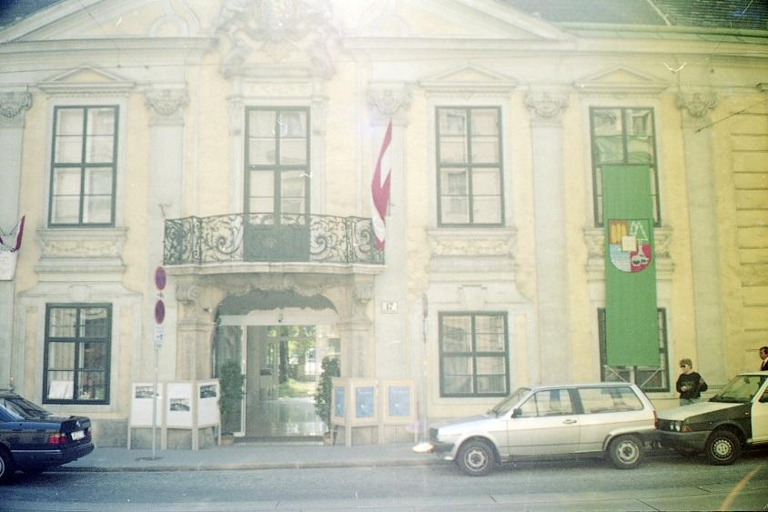 Historische Fotografie der Fassade des Volkskundemuseum Wien mit Österreichfahne und BOKU-Fahne.