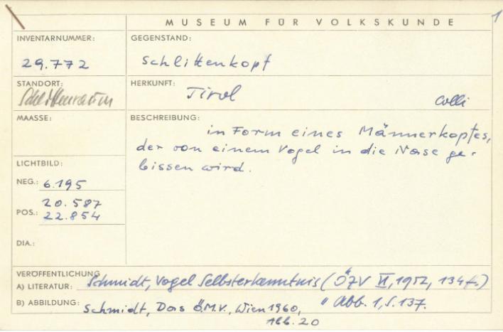 Foto der historischen Karteikarte des Volkskundemuseum Wien, auf welcher der Schlittenkopf aus Tirol inventarisiert wurde.