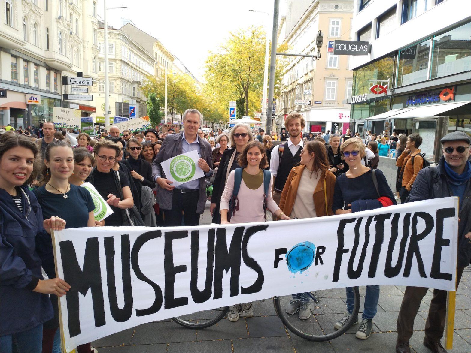 """Foto einer Gruppe von Demonstrierenden bei der Fridays for Future-Demonstration am 27. September 2019 mit dem selbstgemalten Transparent """"Museums for Future""""."""