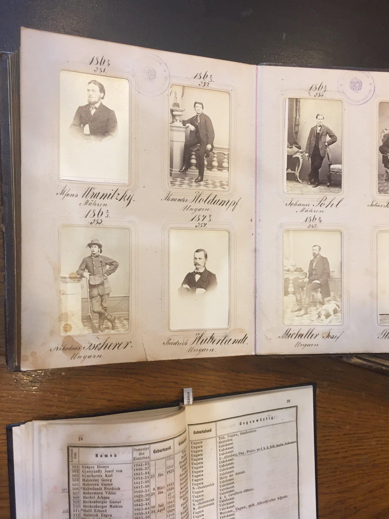 Das Foto zeigt Archivmaterialien auf einem Tisch: historische Fotografien von Professoren der landwirtschaftlichen Lehranstalt in einem Album, darunter auch Friedrich Haberlandt.