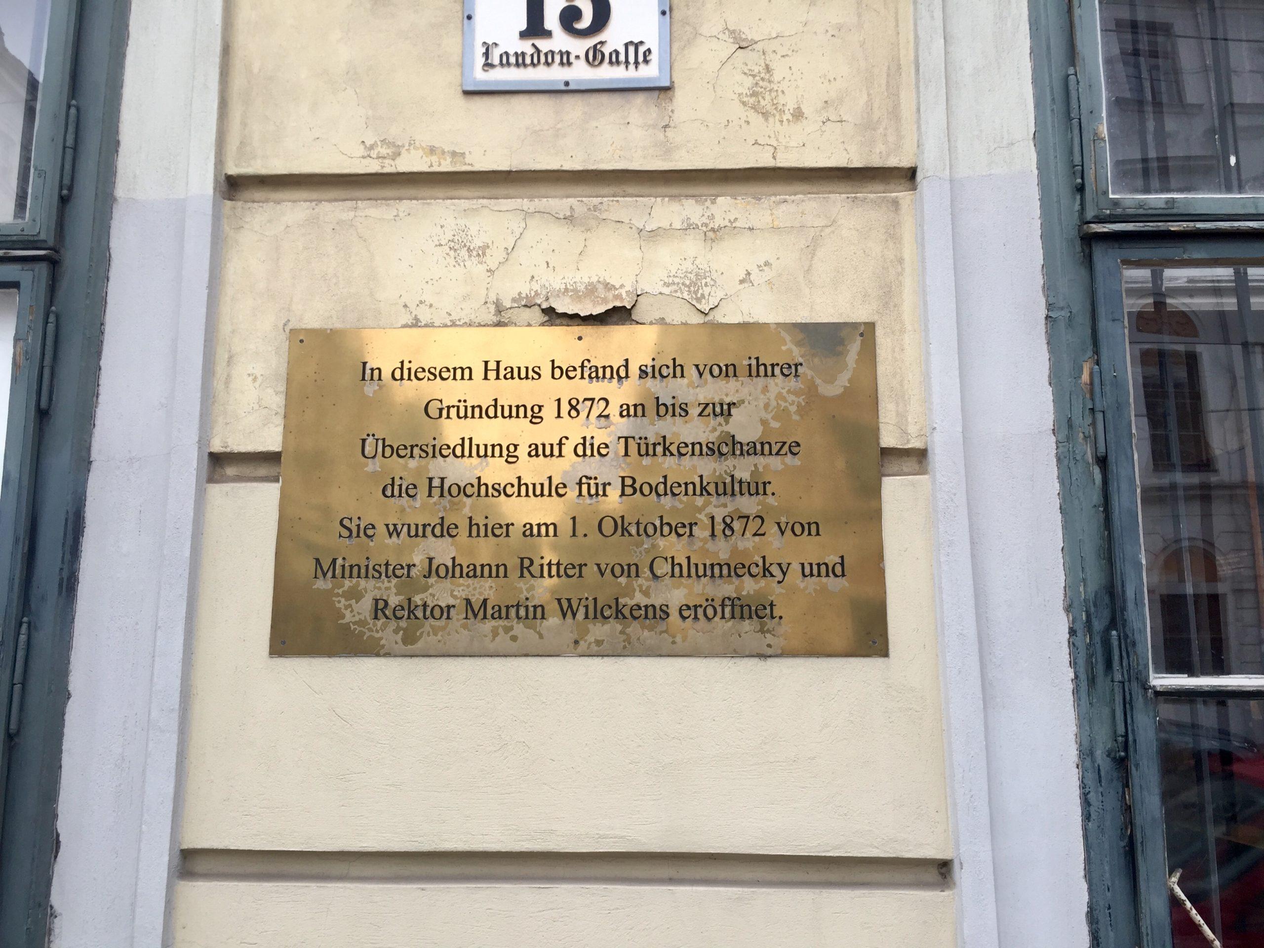 """Foto der Gedenktafel zum 120-jährigen Bestehen der Universität für Bodenkultur an der Fassade des Volkskundemuseums. Der Text darauf lautet: """"In diesem Haus befand sich von ihrer Gründung 1872 an bis zur Übersiedlung auf die Türkenschanze die Hochschule für Bodenkultur. Sie wurde hier am 1. Oktober 1872 von Minister Johann Ritter von Chlumecky und Rektor Martin Wilckens eröffnet."""""""