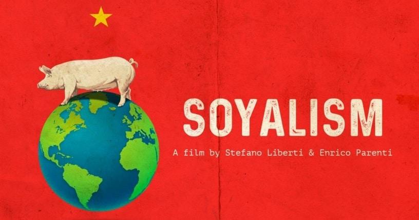 """Das Filmplakat zeigt mittig auf rotem Grund eine stilisierte Weltkugel, auf der ein Schwein balanciert. Darunter ist der Titel """"Soyalism"""" aufgeführt, darüber ist ein fünfzackiger gelber Stern montiert."""